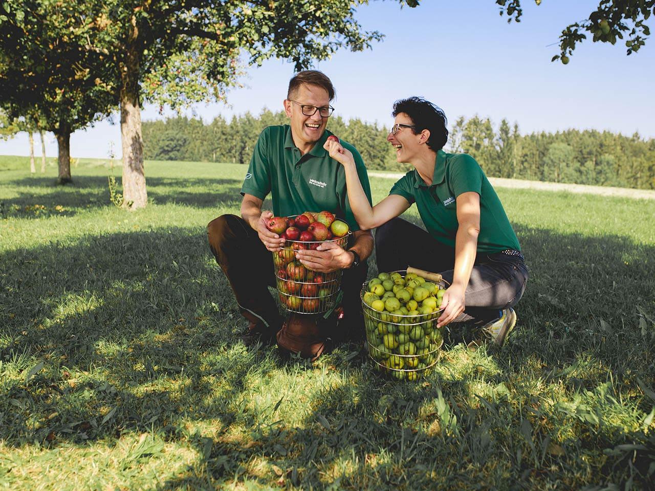 Eva und Norbert vom Pankrazhofer Ernte Streuobstwiese Bio Tragwein 1